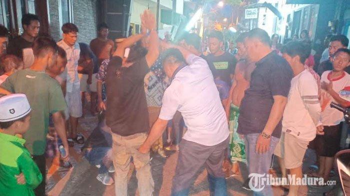 Pria Surabaya Baru Mengonsumsi Sabu, Malah Berteriak dan Warga Menghadang Polisi, Sempat Terkendala