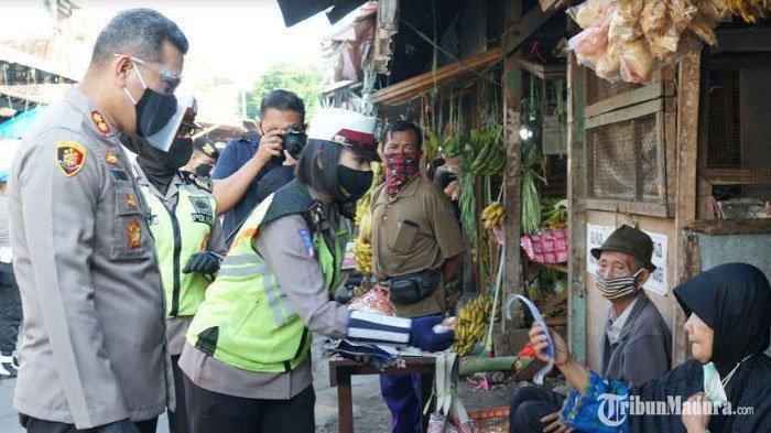 Polisi Gencar Razia Masker di Pasar Tradisional Kota Blitar, Minta Pedagang Disiplin CegahCovid-19