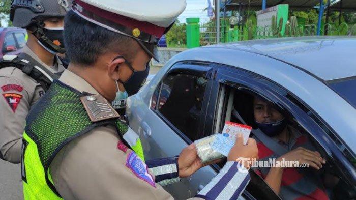 Penyekatan Kendaraan di Simpang Togogan Blitar, Warga Wajib Tunjukan Kartu Vaksin dan Swab Antigen