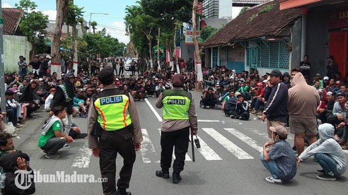 Suporter PersebayaBerusaha Mendekat keStadion Supriyadi, Sempat Terjadi Ketegangan dengan Polisi
