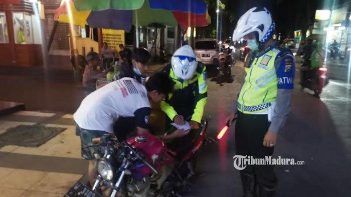 Pakai Motor Knalpot Brong, Pemuda di Gresik ini Ditilang Polisi, Sepeda Motornya Diamankan