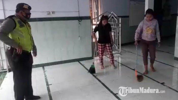 Pengendara Motor di Tulungagung yang Tak Pakai Masker Disuruh Bersihkan Masjid Sebelum Salat Jumat