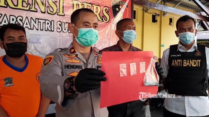 Polisi menunjukan barang bukti penangkapan tiga sekawan pengguna sabu di Polsek Lakarsantri, Surabaya, Kamis (8/3/2021).