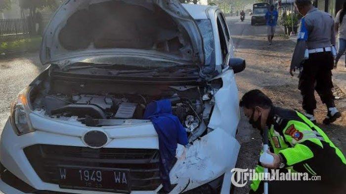 Mobil Daihatsu Sigra Seruduk Motor yang Dikendarai Satu Keluarga di Sidoarjo, Ibu dan Anak Tewas