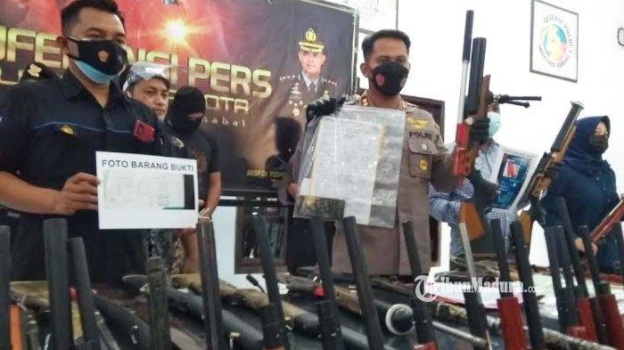 Polres Blitar Kota menunjukan barang bukti senapan angin ilegal, Kamis (3/6/2021).