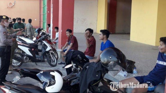 Personel Gabungan Polres Pamekasan Gelar Razia Masker di Stadion Gelora Madura Ratu Pamelingan