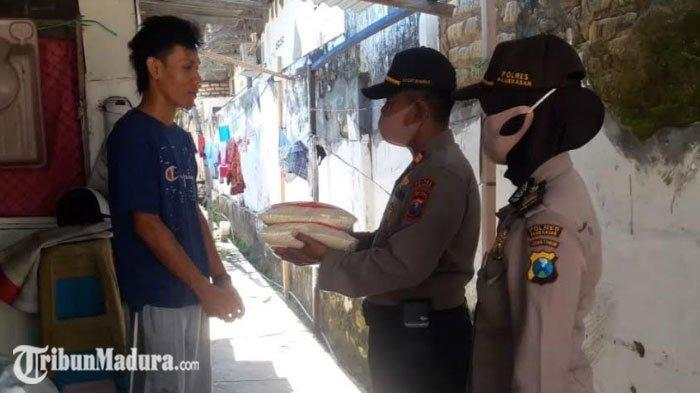 Polres Pamekasan Berikan Bantuan Paket Sembako untuk PKL yang Belum Mendapat Bantuan Dari Pemerintah