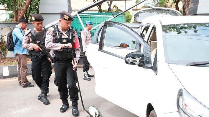 Polres Tuban Lakukan Pemeriksaan Intensif padaPengunjung Pasca Bom Bunuh Diri di Polrestabes Medan