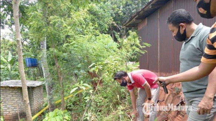 Anggota Reskrim Polsek Larangan saat mendatangi lokasi tersetrumnya FA, siswa SDN Larangan Luar III, Desa Larangan Luar, Kecamatan Larangan, Kabupaten Pamekasan, Madura, Rabu (4/11/2020).