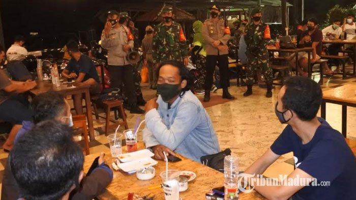 Petugas Gabungan Sosialisasi Protokol Kesehatan pada Para Pengunjung Kafe dan Warung Kopi di Gresik