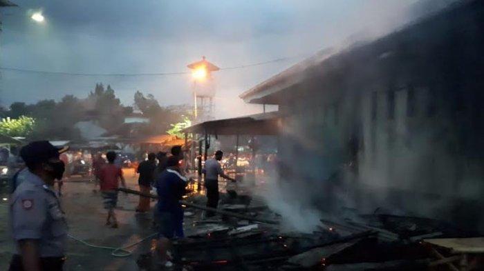 BREAKING NEWS - Gudang Penyimpanan Es dan Empat Lapak Pedagang Ikan di TPI Puger Jember Terbakar
