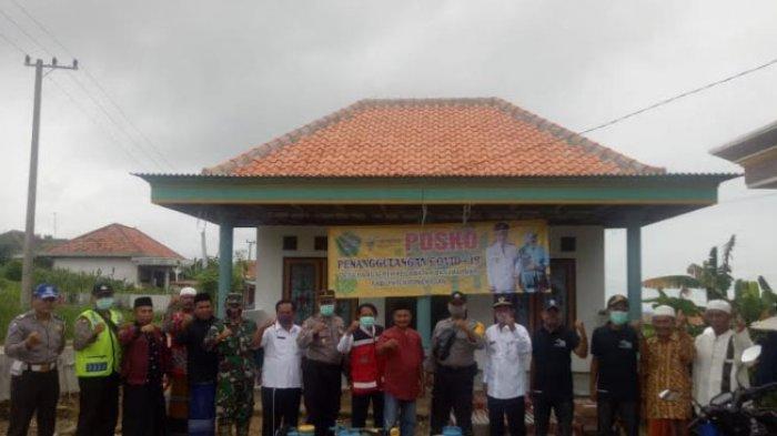 Polsek Tamberu Semprotkan Disinfektan di Sejumlah Titik di Desa Bangsereh Kabupaten Pamekasan