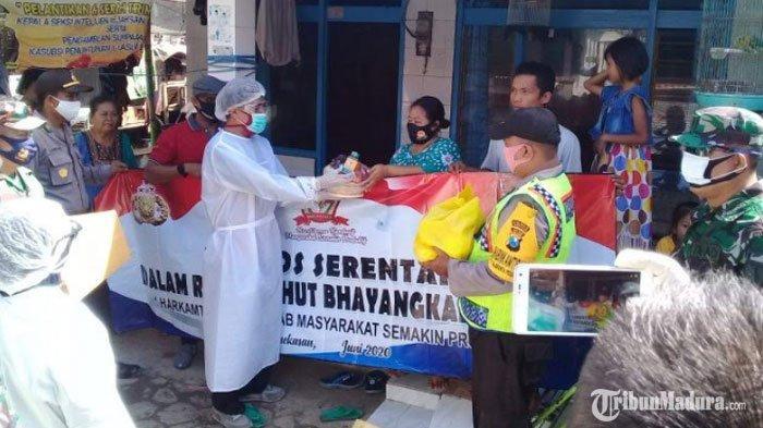 Polsek Tlanakan Pamekasan Bagikan Sembako Gratis untuk Warga,Sambut HUT Bhayangkara ke-74