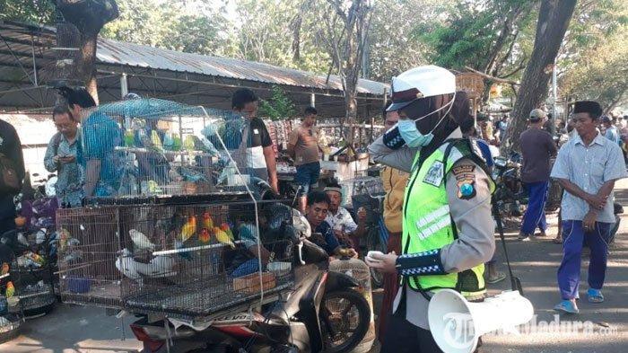 Atasi Kemacetan diTitik Keramaian,Polres Pamekasan Terjunkan Polwan Atur Lalu Lintas dan Imbauan