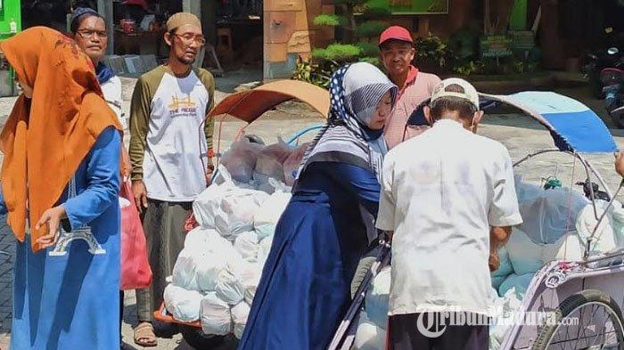 Peduli Masyarakat Terdampak Covid-19, Ponpes KHA Wahid Hasyim Bangil Bagikan Ratusan Paket Sembako