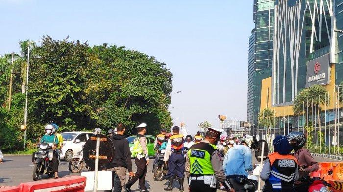 Hari Kedua PPKM Darurat, Penyekatan di Bundaran Waru Cukup Lengang, Pengendara Diminta Putar Balik