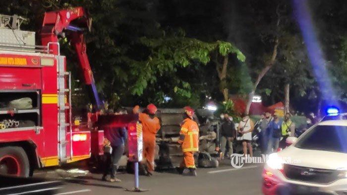 Kecelakaan Tunggal di Jalan Jemursari Surabaya, Mobil Terperosok ke Sungai hingga Terbalik