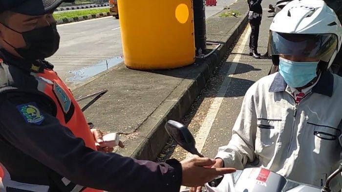 Banyak Warga di Pintu Keluar Jembatan Suramadu Kaget Wajib Rapid Test Antigen di Posko Kesehatan