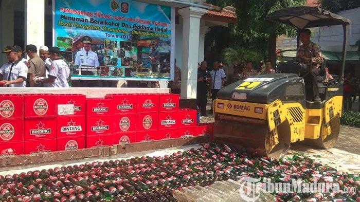 Satpol PP Kabupaten Mojokerto Musnahkan Miras dan Banner Reklame Tanpa Izin Hasil Razia Tahun 2018