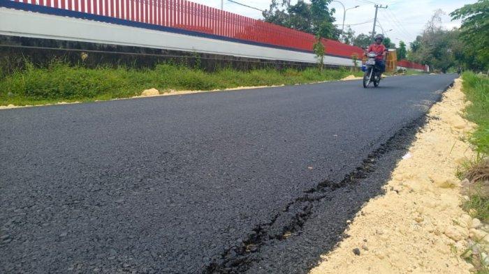 Proyek pemeliharaan jalan aspal di Desa Ketawang Laok, Kecamatan Guluk-Guluk, Sumenep sudah mengalami kerusakan, Jumat (30/7/2021).