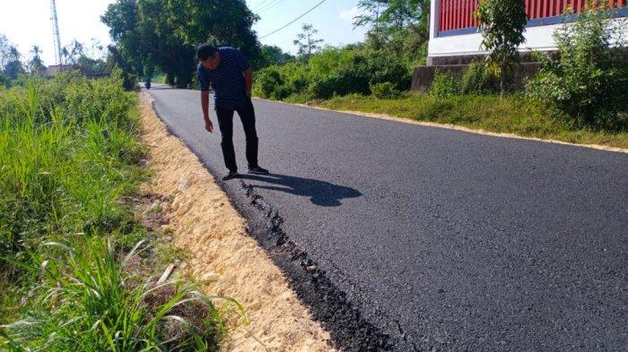 Baru Selesai Dikerjakan, Proyek Pemeliharaan Jalan di Guluk-guluk Sumenep Sudah Rusak, Ini Sebabnya