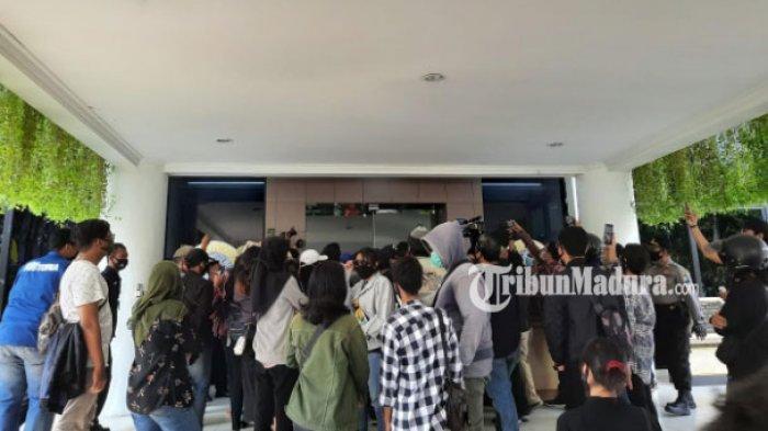 Mahasiswa Unair Demo, Tuntut Tranparansi Kampus, Potongan UKT 50 Persen hingga Subsidi Kuliah Daring