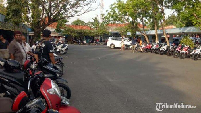 Puluhan sepeda motor milik pedagang yang dipajang di area terminal MPU, Jl Stadion Pamekasan, Senin (9/11/2020).