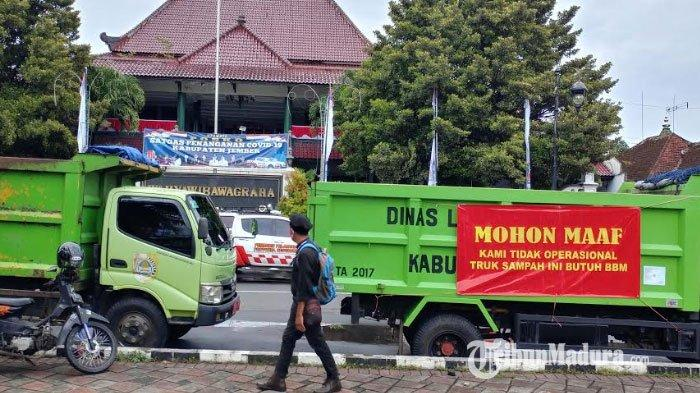 Puluhan truk sampah terparkir di depan Kantor Pemkab Jember dan depan Pendapa Wahyaibawagraha, Kecamatan Patrang, Senin (4/1/2021).