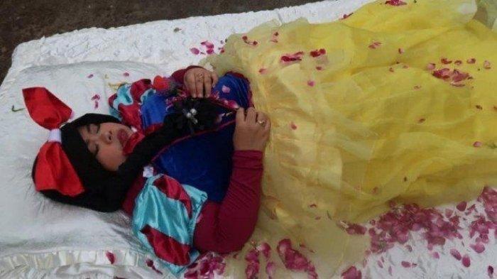 Tingkah Lucu Kekeyi Tidur di Kasur dan Ditemani Ayam, Bajunya Disorot Netizen: Kayak Kue Ulang Tahun