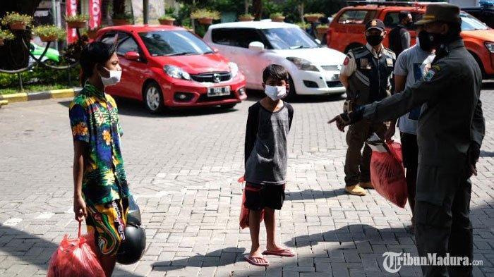 Mau Beli Tempe Tak Pakai Masker, Pemuda Kota Batu Disanksi Kumpulkan Sampah Satu Kresek Penuh