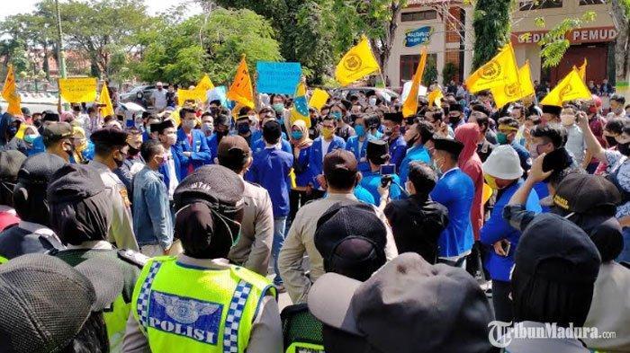 BREAKING NEWS - Ratusan Aktivis PMII Pamekasan Gelar Aksi Demo di DepanKantor Pemkab Pamekasan