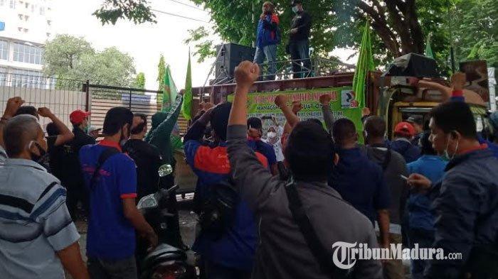 BREAKING NEWS - Tolak PHK Sepihak, Buruh PT Unilever Rungkut Industri Surabaya Gelar Aksi Damai