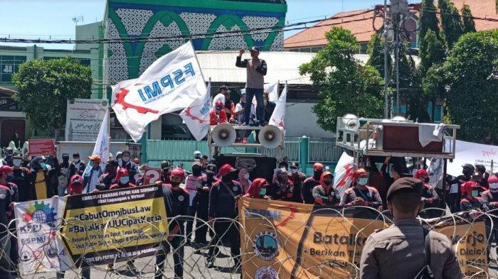 Buruh Geruduk DPRD Jatim, Minta Pemerintah Awasi Ketat Pelaksanaan Pembayaran THR
