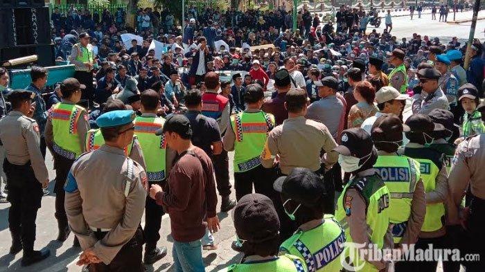 Ratusan Mahasiswa IAIN Madura Kepung Kantor DPRD Pamekasan, Minta DewanKompak Tolak UU KPK & RKUHP