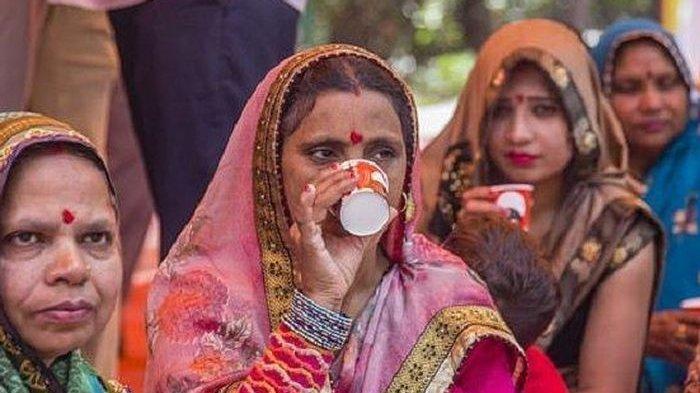 India Kembangkan Hand Sanitizer dari Urin Sapi dan Disemprotkan ke Tangan, Warga Lokal: Baunya Aneh!