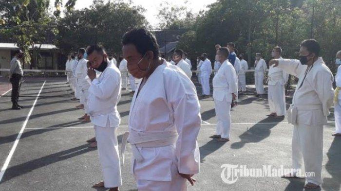 Sebelum Naik Pangkat, 100 Personel Polres Pamekasan Lakukan Latihan Bela Diri di Lapangan Mapolres