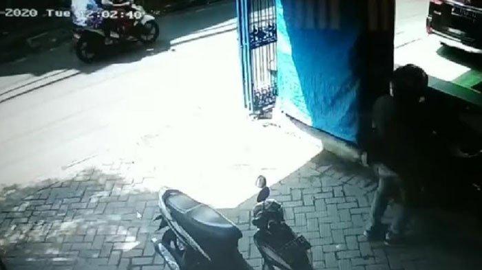 Maling Motor di Malang GondolHonda Vario saat Siang Hari, Rekaman CCTV Ungkap Ciri-Ciri Pelaku