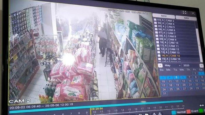 Diduga Butuh Makanan, Wanita Paruh Baya di Mojokerto Terekam CCTV Mencuri Sembako dalam Toko