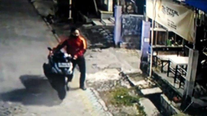 Aksi Pencuri Sepeda Motor di Perumahan Griya Japan Asri Kabupaten Mojokerto Terekam CCTV