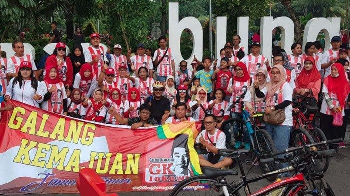 Relawan GK Jokowi Jatim Bagikan Bunga Lilin di Taman Bungkul, Berharap Pemilu Damai dan Anti Hoax