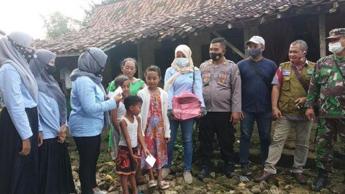 Relawan GEMA Pamekasan Serahkan Bantuan Sosial dari Para Donatur untuk Perbaikan Rumah Kiptiyah