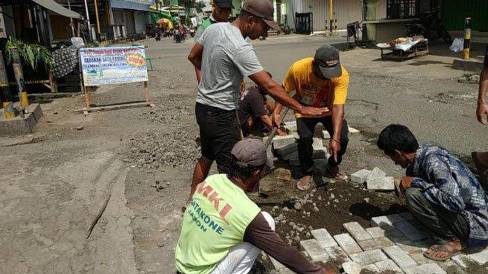 Banyak Jalan di Tulungagung Berlubang, Nur Hasyim Galang Donasi Paving, Prihatin Jatuhnya Korban