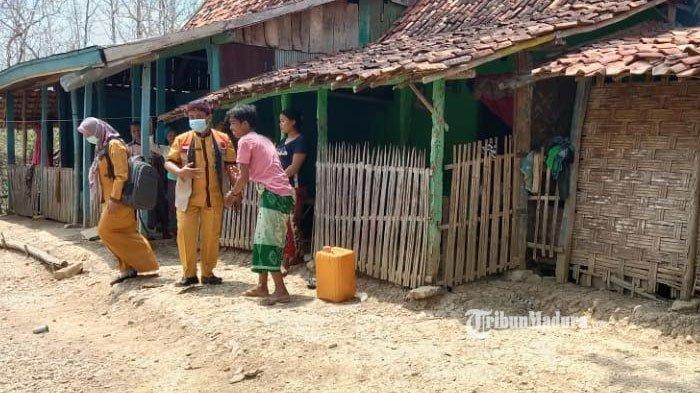 Relawan Puskesmas Bersinar Peduli, Cara Puskesmas Kedungdung Sampang Bantu Warga Miskin saat Pandemi