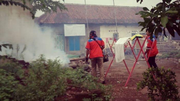 KomunitasRescue Perindo Pasuruan Fogging SukarelaCegah Penyebaran Demam Berdarah di Desa Wrati