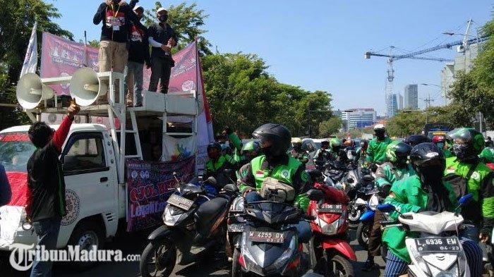 BREAKING NEWS - Komunitas Driver Ojek Online di Surabaya Gelar Unjuk Rasa dan Konvoi