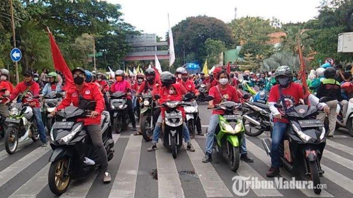 BREAKING NEWS - Ribuan Buruh Siang ini Kepung Grahadi Surabaya, Tolak Omnibus Law UU Cipta Kerja