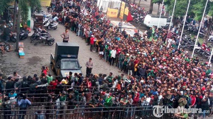 Loket Stadion Gelora Delta Dipenuhi Ribuan Suporter Antre Beli TiketPersebaya Vs Persija Jakarta