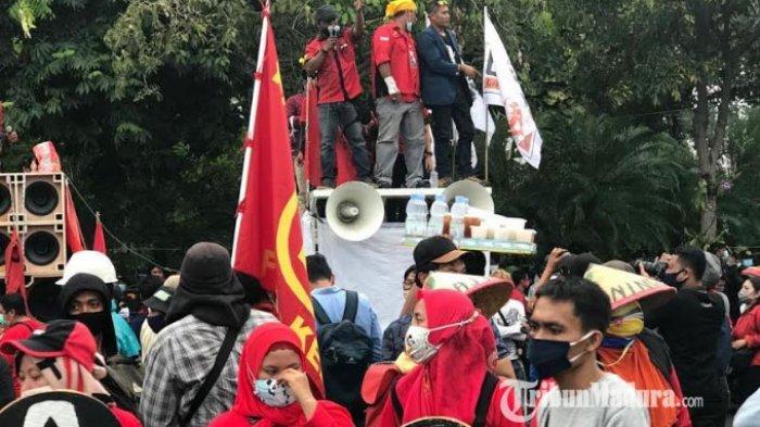 Rombongan aksi massa yang menolak omnibus law dari Getol Jatim tiba di depan Gedung Negara Grahadi Selasa (20/10/2020).