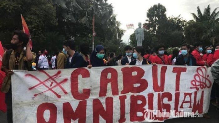 Demo Omnibus Law di Surabaya Diikuti Ribuan Orang, Personel Keamanan Sambut dengan Ajakan Aksi Damai