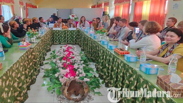 17 Orang Penting Berbagai Profesi Dari Lithuania Kunjungi SMPN 1 Bojonegoro, Ini yang Dibahas